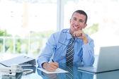ノート書きにビジネスマンの笑みを浮かべてください。 — ストック写真