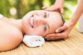 Aantrekkelijke jonge vrouw gezicht massage in het wellness center ontvangen — Stockfoto