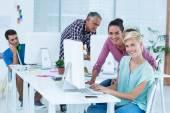 Editor di foto sorridente utilizzando computer in ufficio — Foto Stock