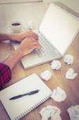 Mains, taper sur un ordinateur portable avec des boulettes de papier à côté — Photo