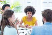Vrolijke creatieve business team in vergadering — Stockfoto