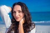 Happy woman looking at camera at the beach — Stock Photo