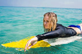 Woman with a surfboard on a sunny day — Stockfoto