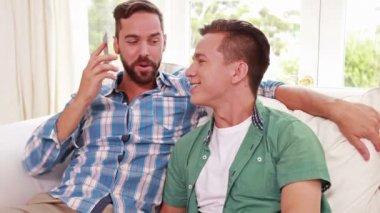 Szczęśliwa para homoseksualnych mężczyzn dzwoniąc — Wideo stockowe