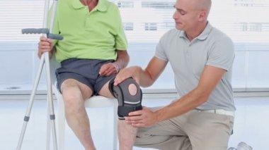 Doctor examining his patients knee — Stock Video