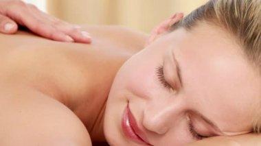 Masajista masaje a su cliente nuevo — Vídeo de Stock