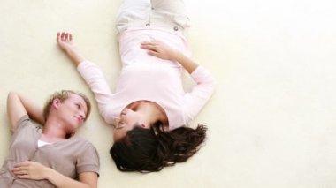 Lesbian couple lying on floor — Stock Video