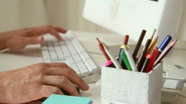 用他的电脑键盘写字的人 — 图库视频影像