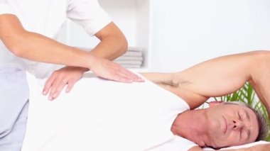 Doctor massaging patients back — Stock Video