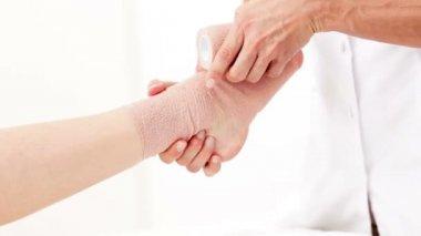Yaralı ayak bileği bandaj içinde kaydırma fizyoterapist — Stok video
