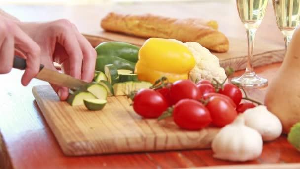 Hombres cocinar verduras — Vídeo de stock