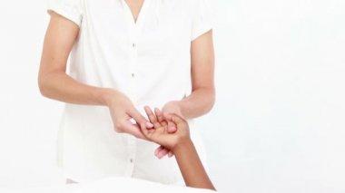 女按摩师按摩她的客户端手 — 图库视频影像