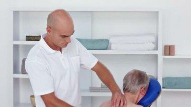 Medico massaggio indietro i suoi pazienti — Video Stock