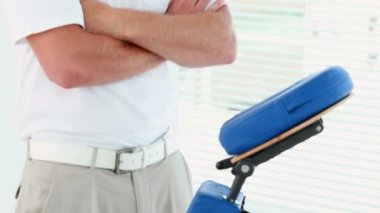 Therapist standing with massage chair — Video Stock