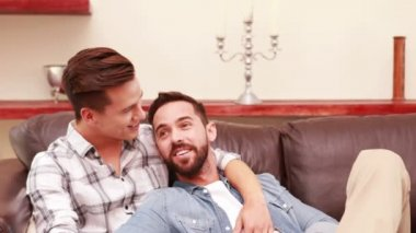 Homosexual couple together on the sofa — Stock Video