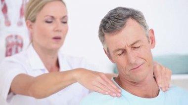 Doctor massaging her patients shoulders — Stock Video