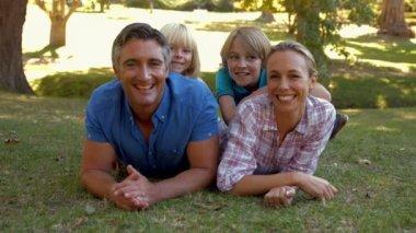Rodina se usmívá na kameru v parku — Stock video