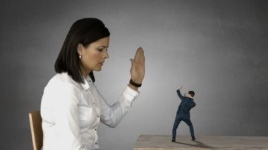 Giant businesswoman trying to shouting businessman — Stock Video