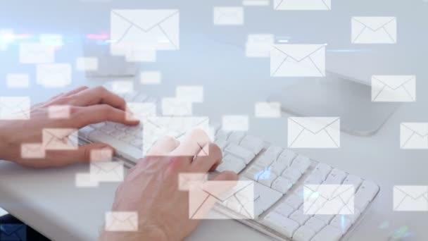 Interfaz de correo electrónico sobre las manos escribiendo — Vídeo de stock