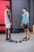 Deux Bodybuilder jeunes regardent — Photo