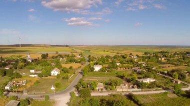 Voando sobre uma pequena aldeia na roménia — Vídeo stock