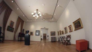 Galeria obrazów. dolly strzał. — Wideo stockowe