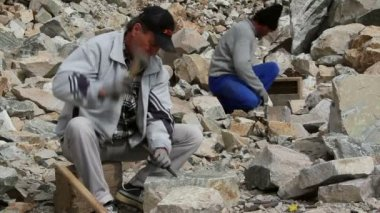 Stonemason at work — Stock Video