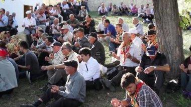Pilgrims praying at the grave of Sari Saltik Baba — Stock Video