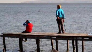 Chlapci rybářské molo — Stock video