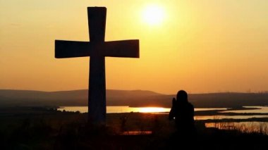 Man praying under the cross — Stock Video