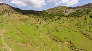 Beautiful mountain landscape with ravine, aerial view — Stock Video