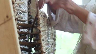 The art of weaving cattail mats — Stock Video