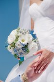 Hands with wedding rings and beautiful wedding bouquet — Stock Photo