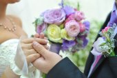 Hands with wedding rings and beautiful blue and wedding bouquet — Stock Photo