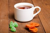 A cup of tea on an old wooden table. small depth of field — Stock Photo