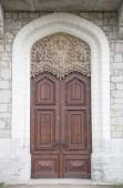 Old wooden door with ornaments in a knight's castle. with snowin — Stock Photo