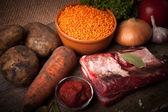 компоненты для овощного супа индейки с красной чечевицей, лежащей на — Стоковое фото