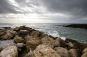 In anticipation of the storm. Dramatic sky on the stone coast of — Stockfoto