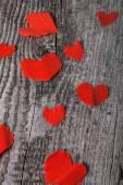 古い木製のテーブルの上に多くのバレンタイン心 — ストック写真