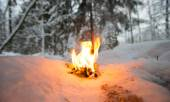 Bonfire on a snowy clearing in the woods — Stock fotografie