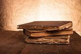Pila di vecchi libri sulla vecchia tavola di legno — Foto Stock