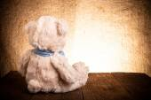 Teddy bear is sitting on the old wooden table — Stock fotografie