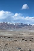 The valley at the foot of the mountains on Pamir. Spring. Tajiki — Stock Photo