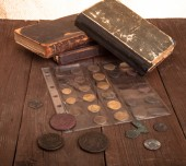 Vintage books and coins on old wooden table — Stockfoto