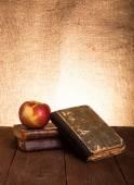 Nature morte aux pommes et une pile de vieux livres sur l'ancien onglet en bois — Photo