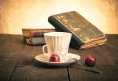 Tazza di caffè, shokolad e pila di vecchi libri su vecchio di legno — Foto Stock