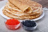 Russie pancakes - blinis au caviar rouge et noir — Photo