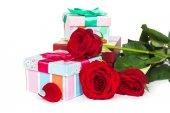Красочные подарочные коробки и розы — Стоковое фото