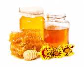 Dulce panal y dos tarros de miel — Foto de Stock