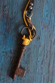 Antiga chave sobre a mesa de madeira velha — Fotografia Stock